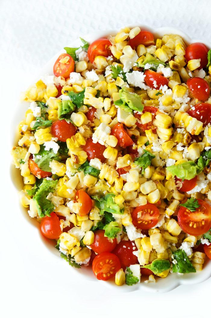 Salade de maïs, tomate et avocat grillée avec une vinaigrette au miel et à la lime &quot;width =&quot; 700 &quot;height =&quot; 1053 &quot;/&gt;</p><p>Je trouve que cette méthode l&#39;empêche de trop se dessécher parce que vous la faites cuire sur la cuisinière, mais elle a quand même un joli aspect grillé croustillant et un bon goût de barbecue.</p><p>La méthode que vous utilisez pour faire griller le maïs dépend entièrement de vous!</p><p>Puis, une fois que le maïs est bien croustillant, il suffit de le couper avec un couteau bien aiguisé <a href=